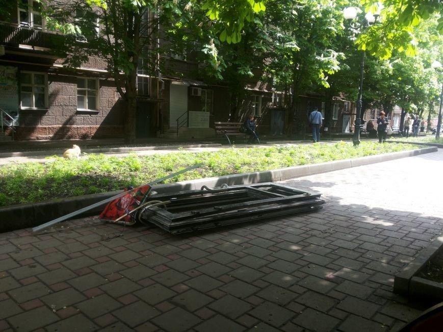 В Мариуполе мародеры  разворовывают сгоревшее здание ПриватБанка (Фотофакт), фото-3
