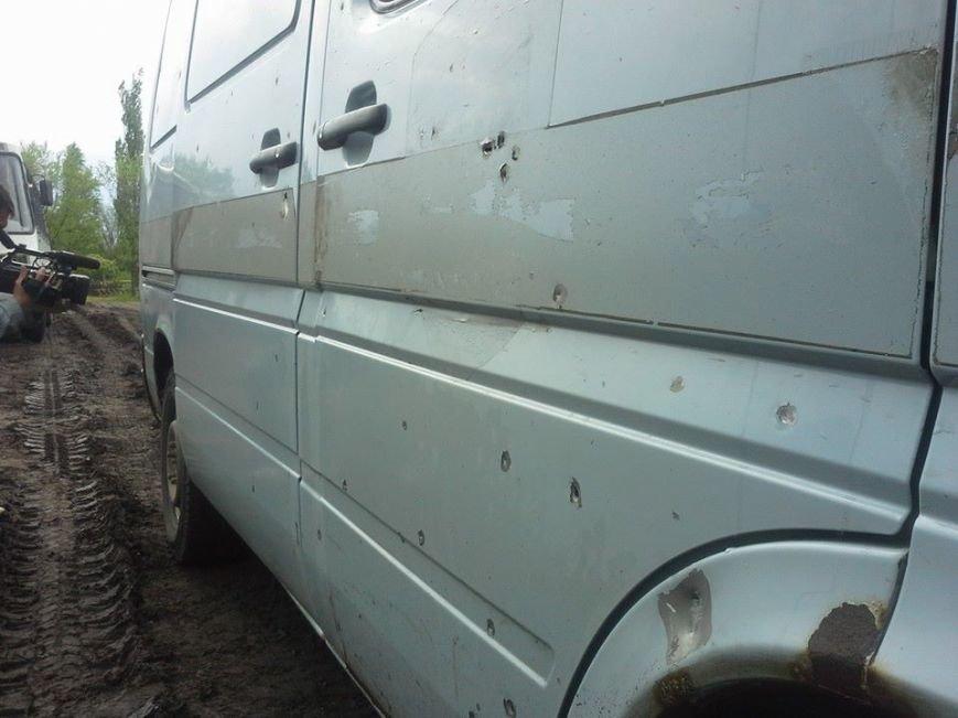 В МВД назвали количество пострадавших в Славянске. Появились фото обстрелянного автобуса, фото-5