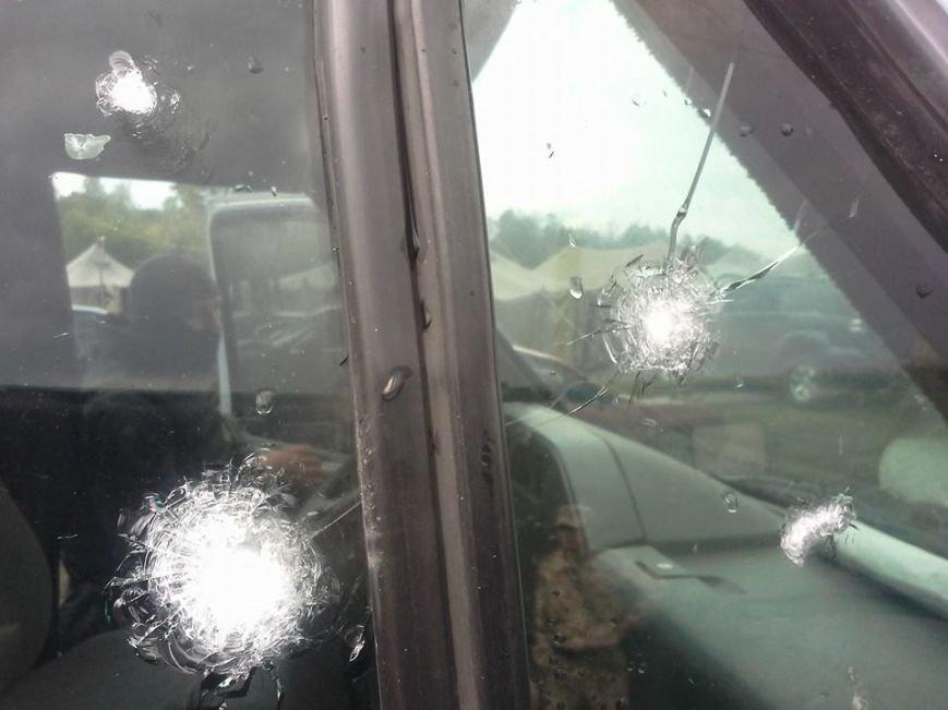 В МВД назвали количество пострадавших в Славянске. Появились фото обстрелянного автобуса, фото-1