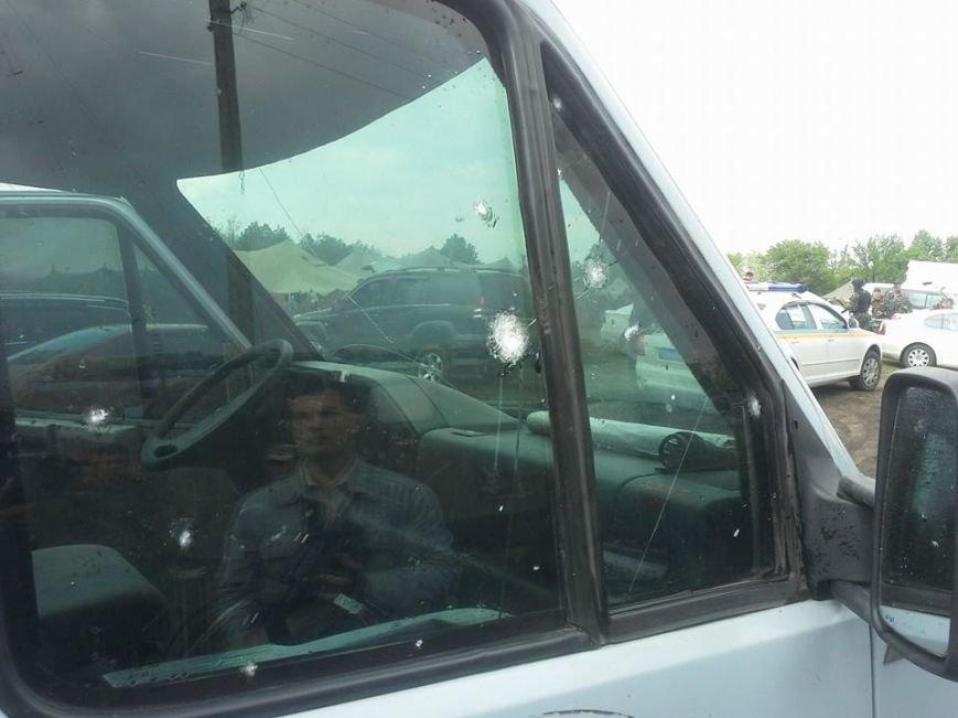 В МВД назвали количество пострадавших в Славянске. Появились фото обстрелянного автобуса, фото-2