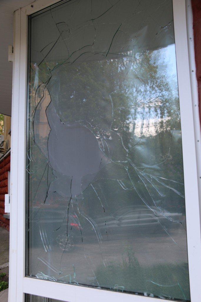Окна в офисе Яценюка в Чернигове побили по ошибке, фото-4