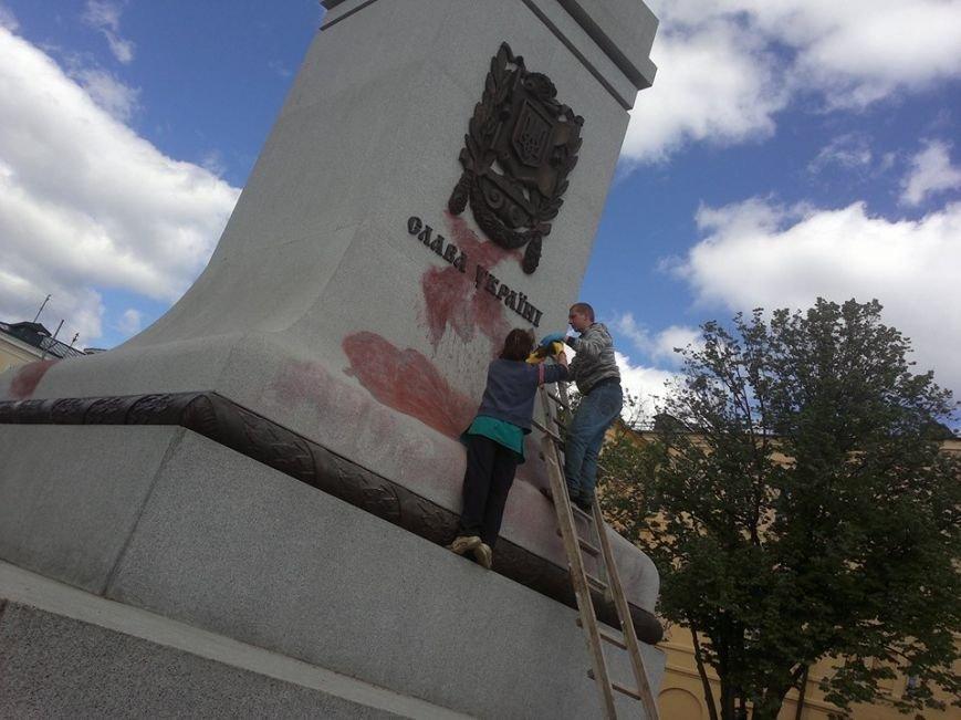 В Харькове памятник Независимости обрисовали угрозами, фото-1