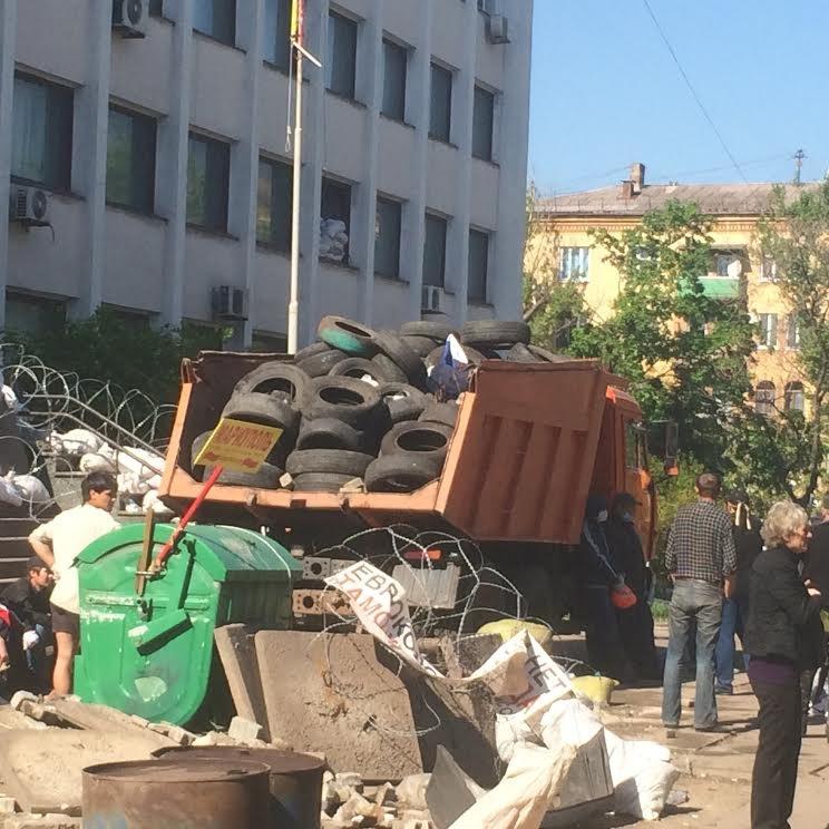Мариупольский горсовет освобожден, возле здания разбирают баррикады (Дополняется+ФОТО), фото-5