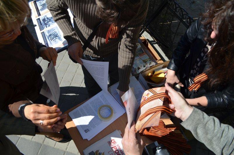 ФОТОРЕПОРТАЖ: В Симферополе раздают «георгиевские ленточки» и тексты писем военнопленных, фото-1