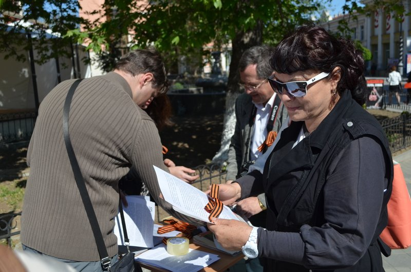 ФОТОРЕПОРТАЖ: В Симферополе раздают «георгиевские ленточки» и тексты писем военнопленных, фото-3