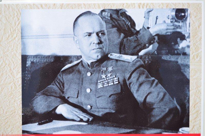 ФОТОРЕПОРТАЖ: В Симферополе раздают «георгиевские ленточки» и тексты писем военнопленных, фото-8