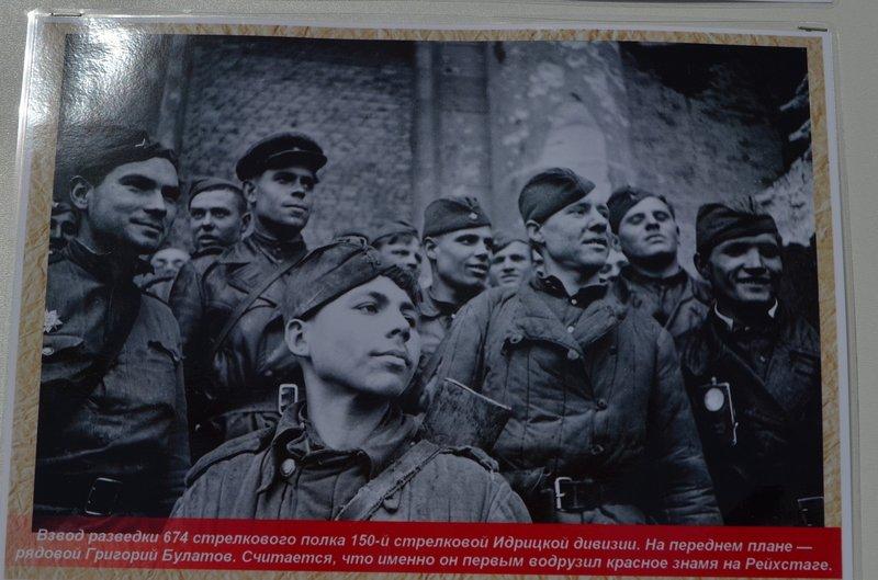 ФОТОРЕПОРТАЖ: В Симферополе раздают «георгиевские ленточки» и тексты писем военнопленных, фото-6