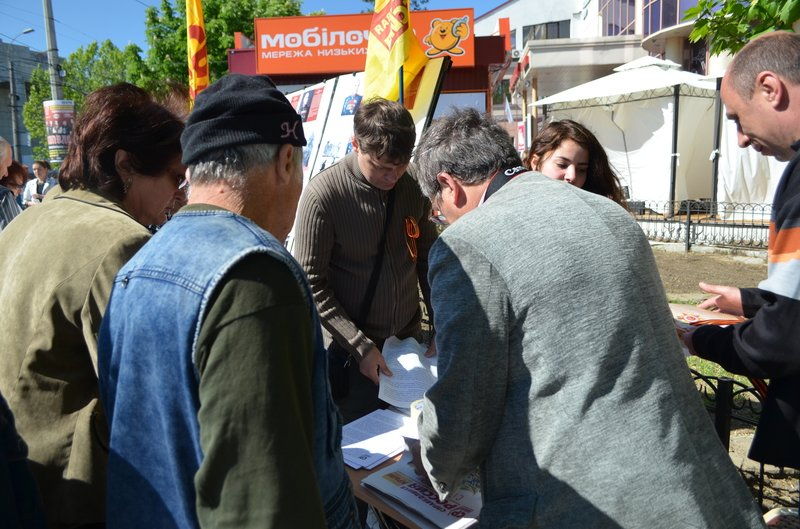ФОТОРЕПОРТАЖ: В Симферополе раздают «георгиевские ленточки» и тексты писем военнопленных, фото-2