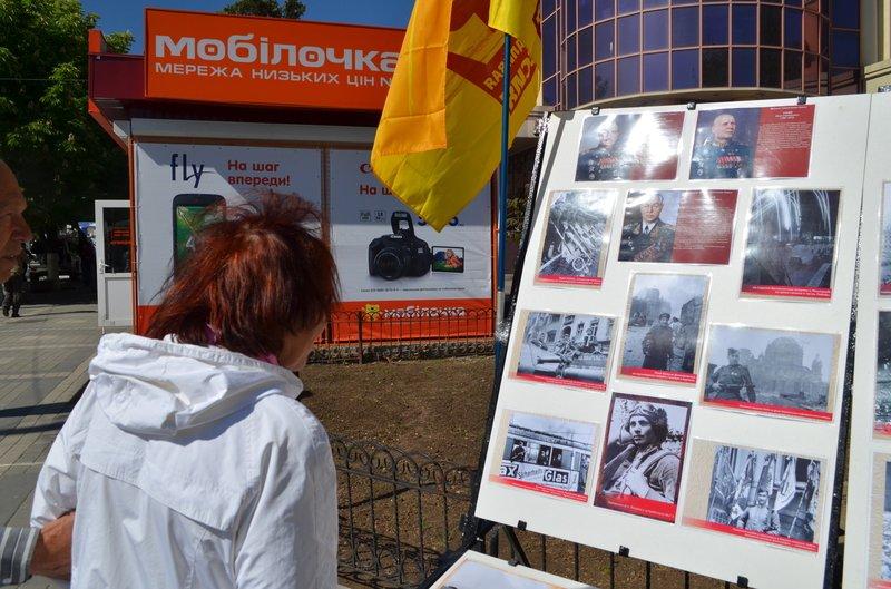ФОТОРЕПОРТАЖ: В Симферополе раздают «георгиевские ленточки» и тексты писем военнопленных, фото-9