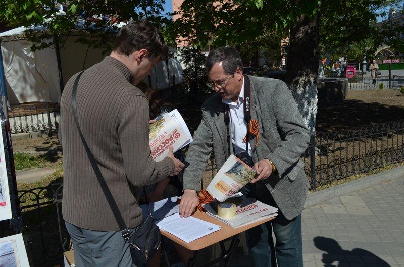 ФОТОРЕПОРТАЖ: В Симферополе раздают «георгиевские ленточки» и тексты писем военнопленных, фото-4
