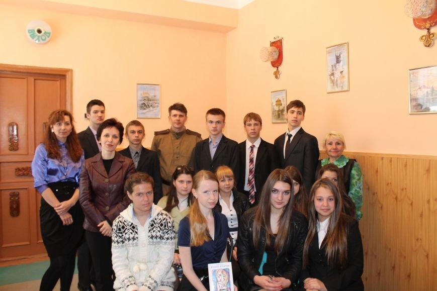 В юношеском отделе Центральной городской библиотеки Днепродзержинска вспоминали о Второй мировой войне, фото-1