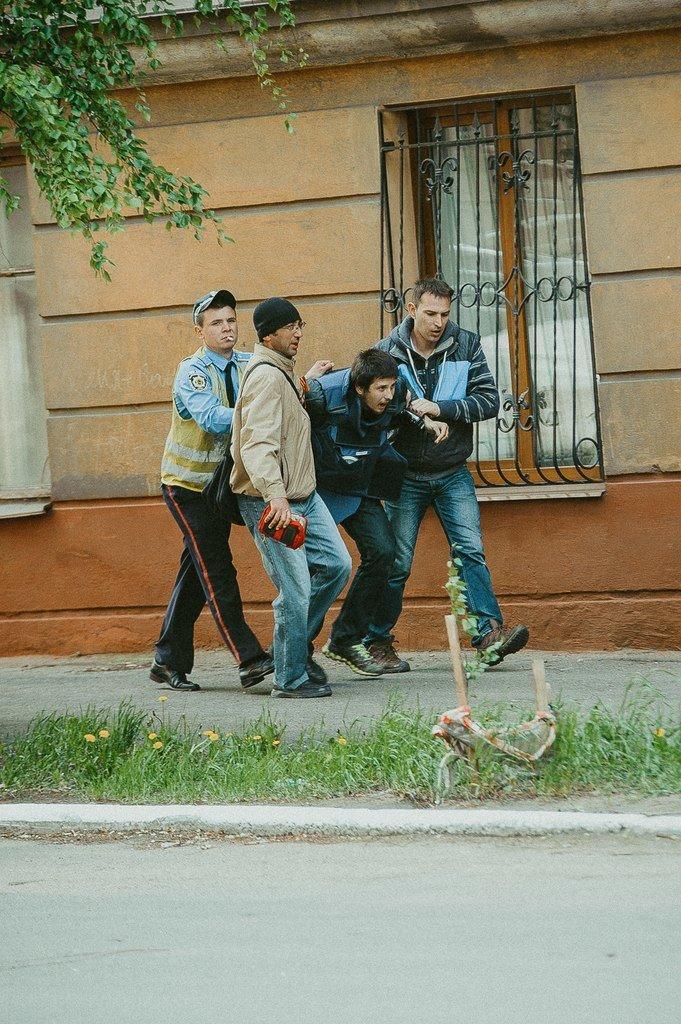 В Мариуполе стреляют! Горят здания, гибнут люди (ФОТО+ВИДЕО+ОБНОВЛЯЕТСЯ) (фото) - фото 4