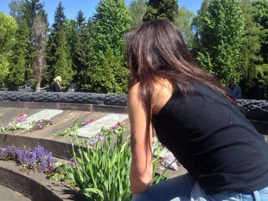 У Львові на могилу Путіна навідалась львівська «амазонка» Руслана (ФОТО), фото-1