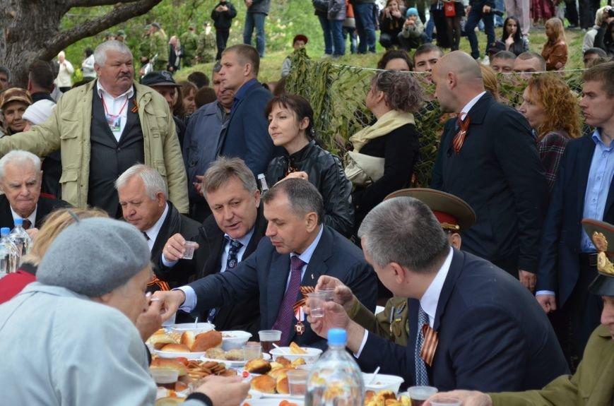 В Симферополе для ветеранов накрыли стол в парке: кормили пирожками и бутербродами (ФОТО, ВИДЕО), фото-7