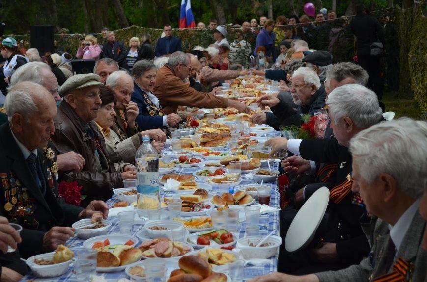 В Симферополе для ветеранов накрыли стол в парке: кормили пирожками и бутербродами (ФОТО, ВИДЕО), фото-1