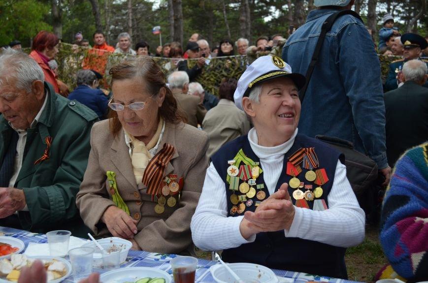 В Симферополе для ветеранов накрыли стол в парке: кормили пирожками и бутербродами (ФОТО, ВИДЕО), фото-6