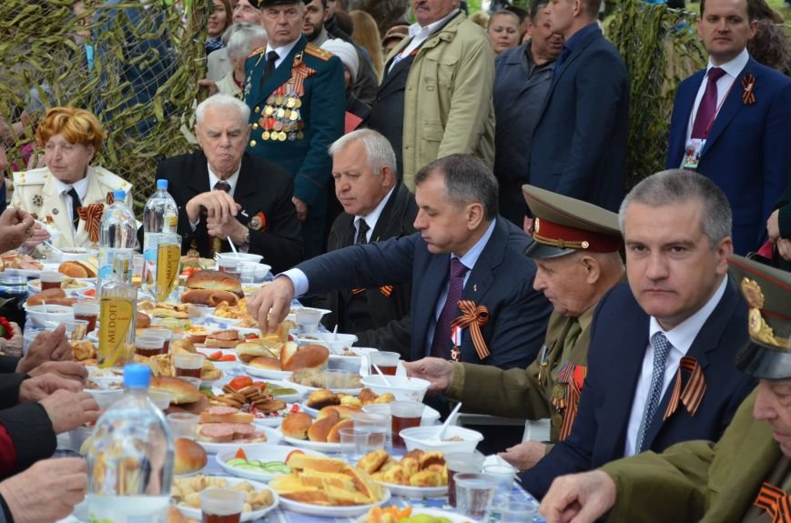 В Симферополе для ветеранов накрыли стол в парке: кормили пирожками и бутербродами (ФОТО, ВИДЕО), фото-3