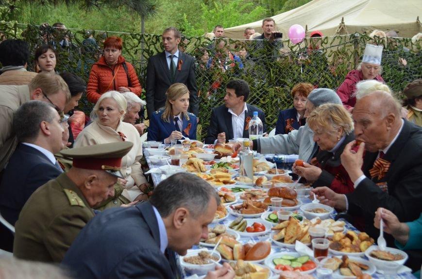 В Симферополе для ветеранов накрыли стол в парке: кормили пирожками и бутербродами (ФОТО, ВИДЕО), фото-8