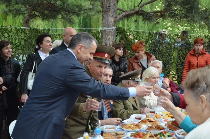В Симферополе для ветеранов накрыли стол в парке: кормили пирожками и бутербродами (ФОТО, ВИДЕО), фото-2