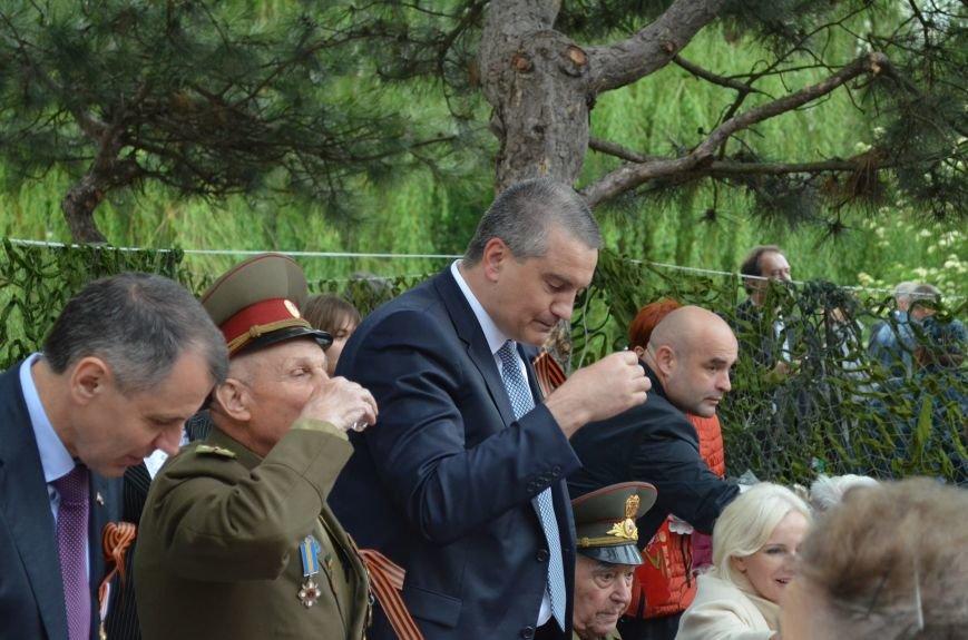В Симферополе для ветеранов накрыли стол в парке: кормили пирожками и бутербродами (ФОТО, ВИДЕО), фото-4