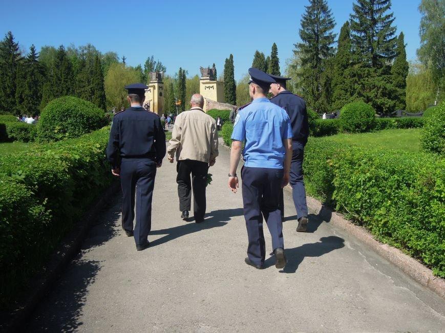 На Пагорб Слави у Львові люди приходять із квітами та миром (ФОТО), фото-7