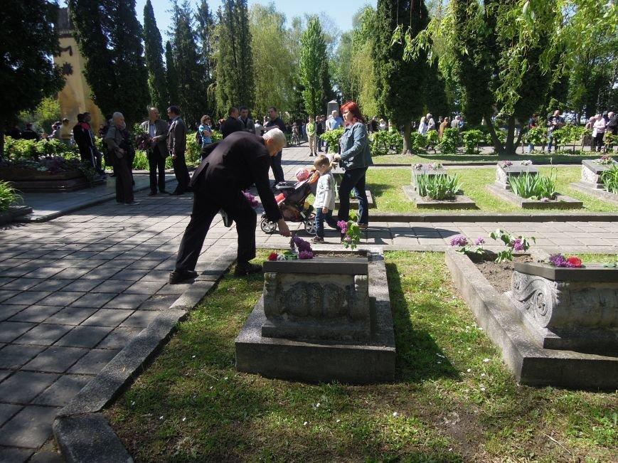 На Пагорб Слави у Львові люди приходять із квітами та миром (ФОТО), фото-16