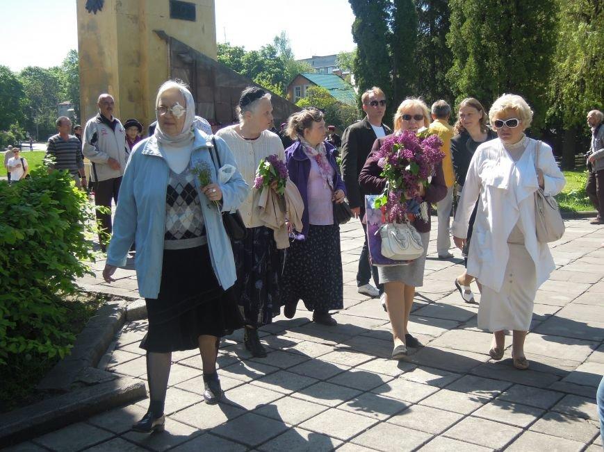 На Пагорб Слави у Львові люди приходять із квітами та миром (ФОТО), фото-20