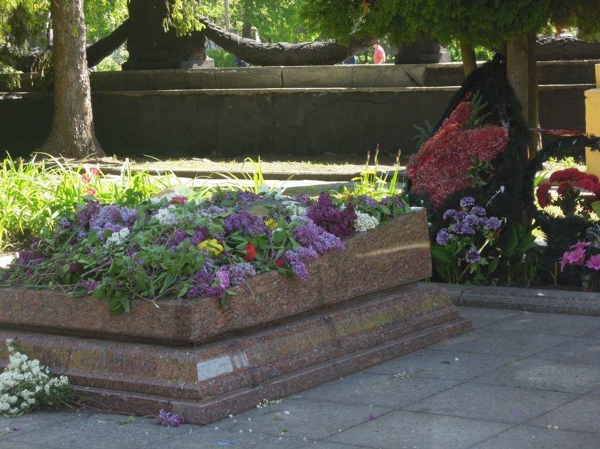 На Пагорб Слави у Львові люди приходять із квітами та миром (ФОТО), фото-21