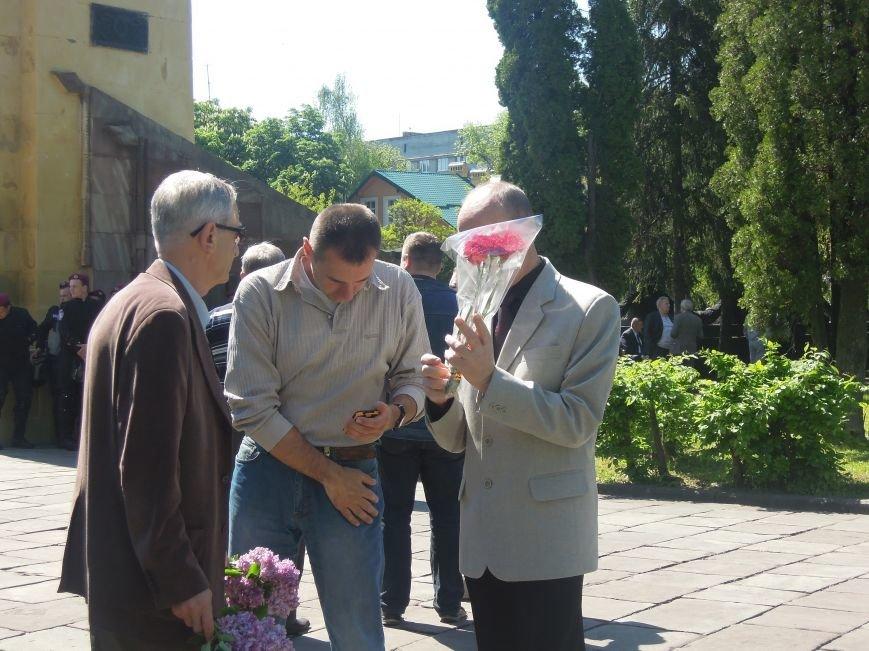 На Пагорб Слави у Львові люди приходять із квітами та миром (ФОТО), фото-22