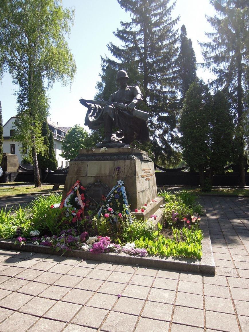 На Пагорб Слави у Львові люди приходять із квітами та миром (ФОТО), фото-15