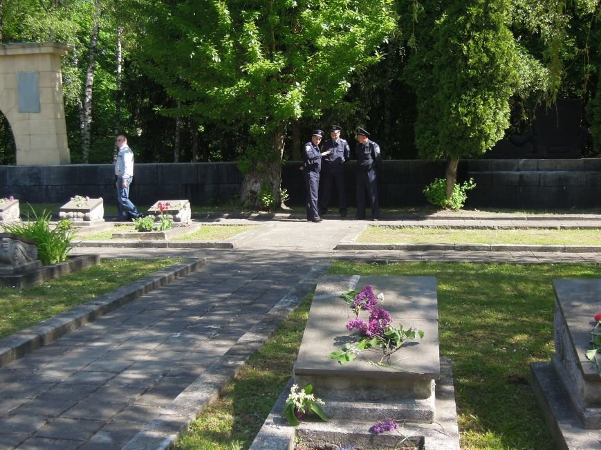 На Пагорб Слави у Львові люди приходять із квітами та миром (ФОТО), фото-14