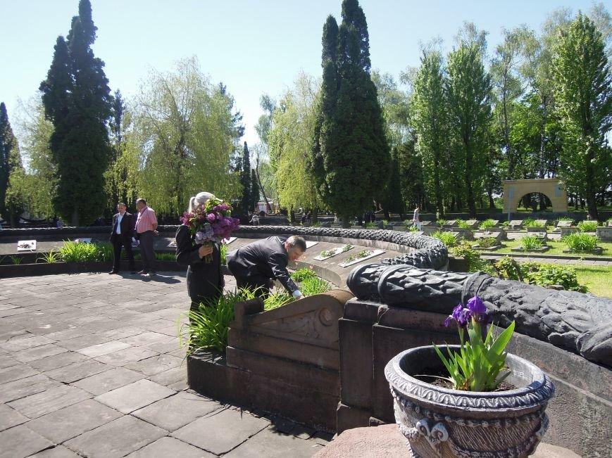 На Пагорб Слави у Львові люди приходять із квітами та миром (ФОТО), фото-11