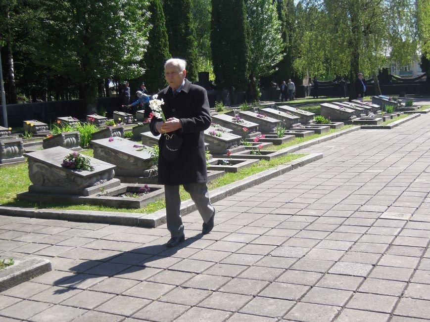 На Пагорб Слави у Львові люди приходять із квітами та миром (ФОТО), фото-13