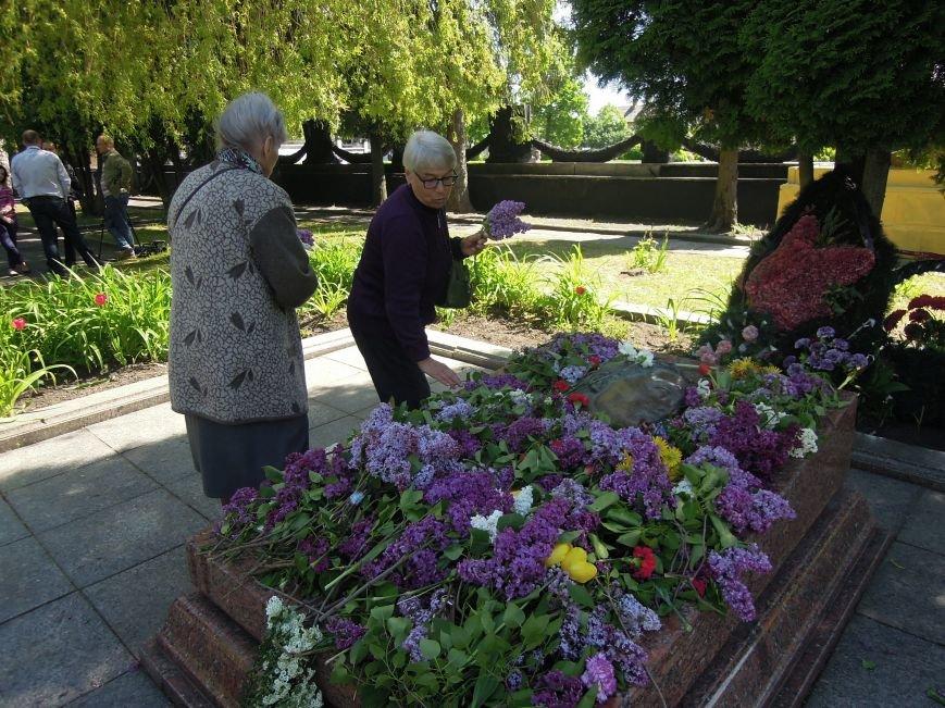 На Пагорб Слави у Львові люди приходять із квітами та миром (ФОТО), фото-17