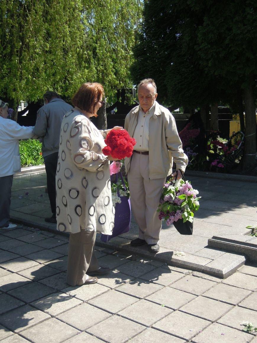 На Пагорб Слави у Львові люди приходять із квітами та миром (ФОТО), фото-24