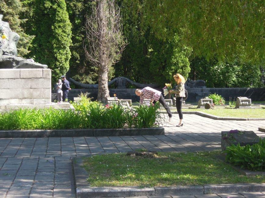 На Пагорб Слави у Львові люди приходять із квітами та миром (ФОТО), фото-12
