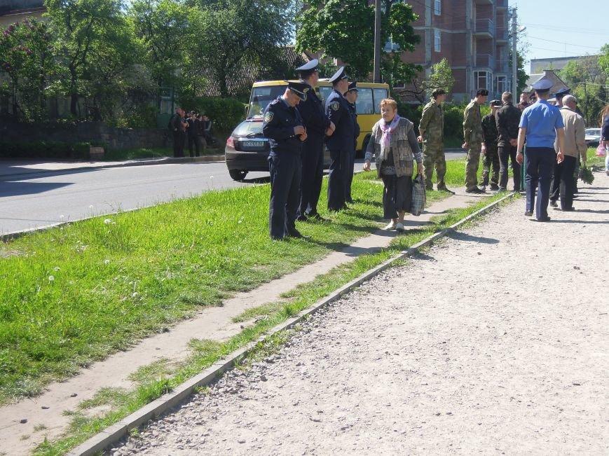На Пагорб Слави у Львові люди приходять із квітами та миром (ФОТО), фото-5