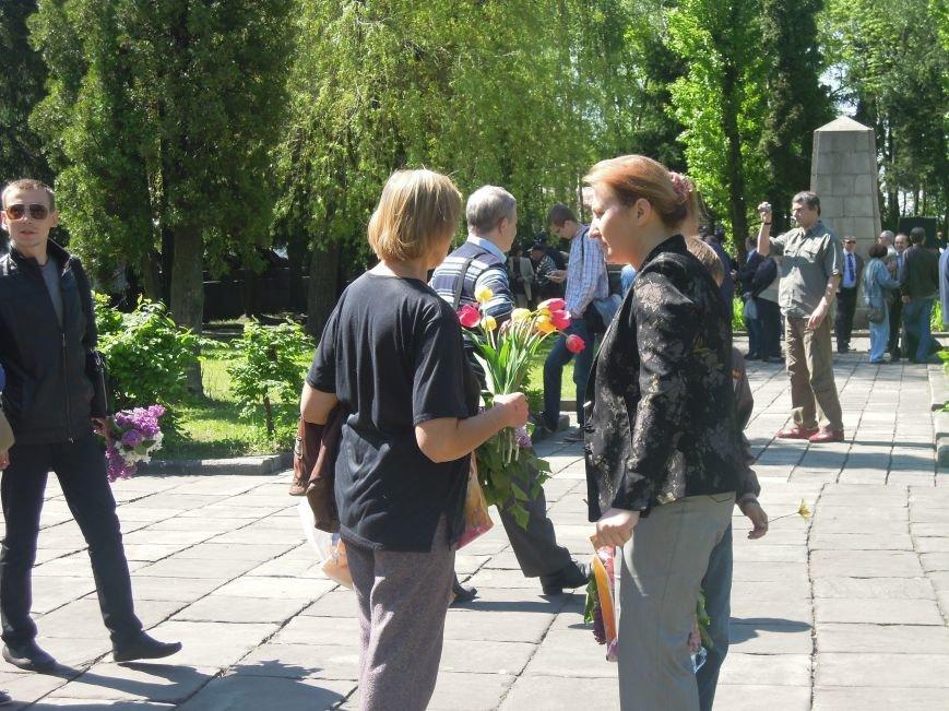 На Пагорб Слави у Львові люди приходять із квітами та миром (ФОТО), фото-23
