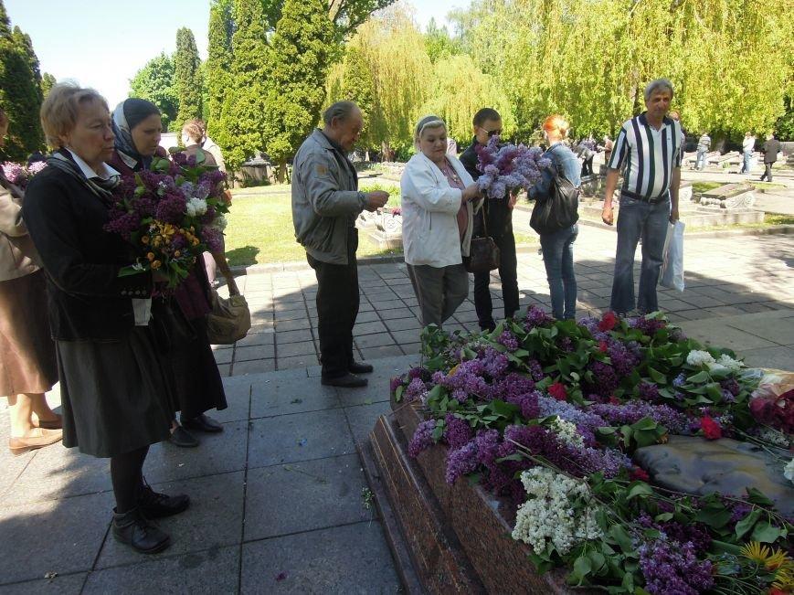 На Пагорб Слави у Львові люди приходять із квітами та миром (ФОТО), фото-25