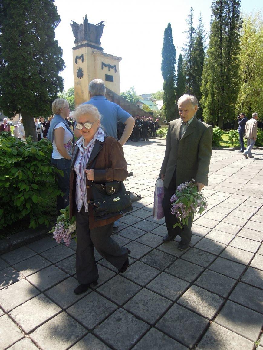 На Пагорб Слави у Львові люди приходять із квітами та миром (ФОТО), фото-19