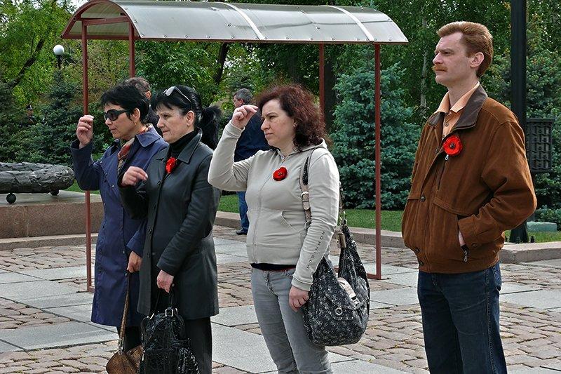 Николаевцы вышли на 9 мая с новым символом Победы - красными маками (ФОТО), фото-1