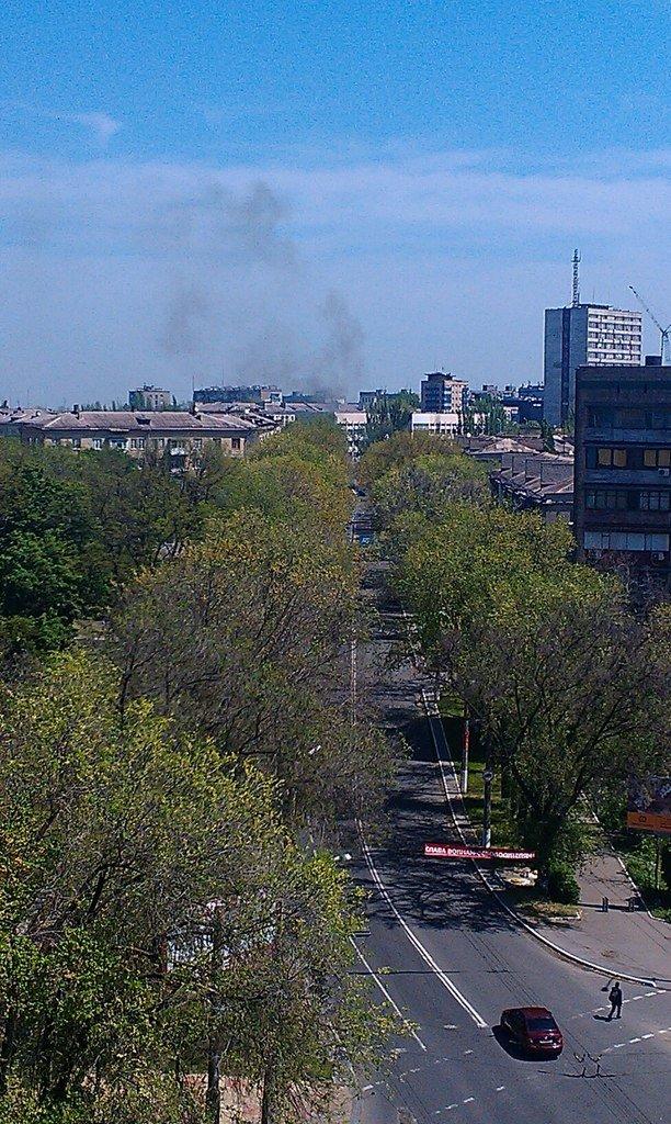В центре Мариуполя - взрывы и выстрелы. Горит БМП (ФОТО+ВИДЕО он-лайн), фото-2