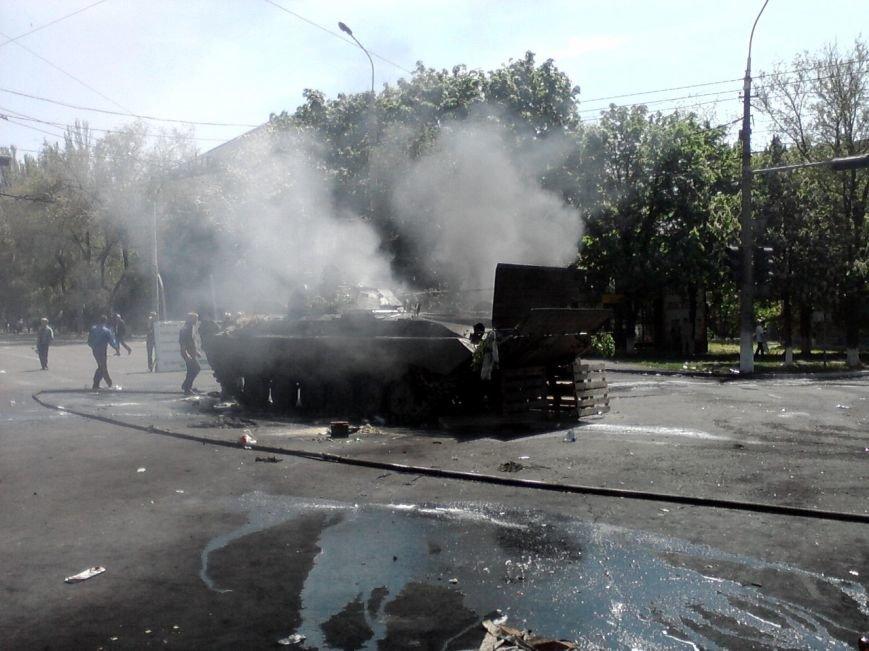 В центре Мариуполя - взрывы и выстрелы. Горит БМП (ФОТО+ВИДЕО он-лайн), фото-3