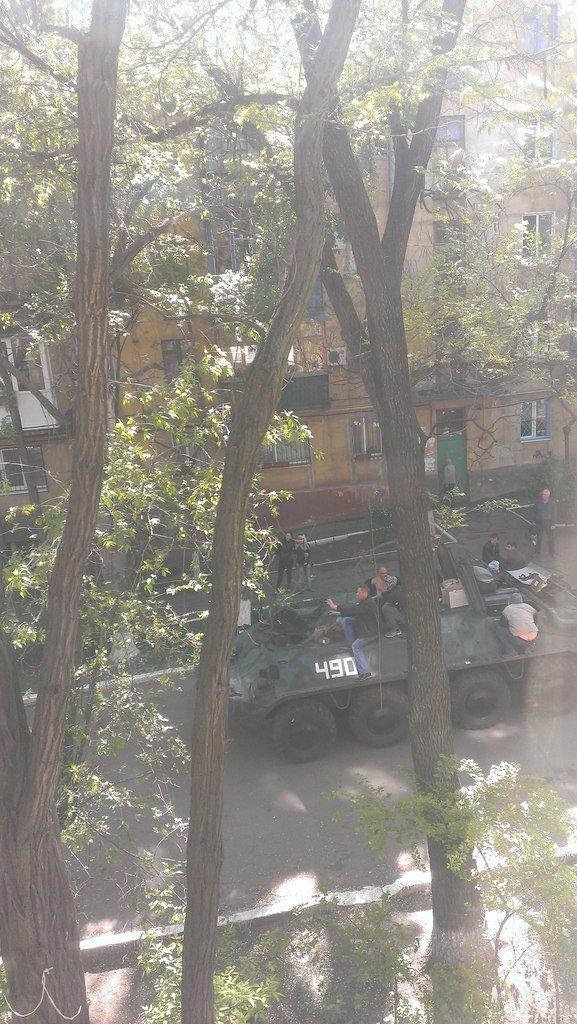 В Мариуполе с территории брошенной воинской части угнали БТР (ФОТО), фото-2