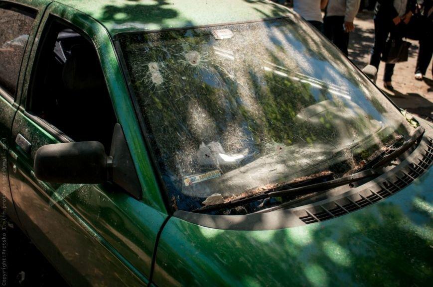 Мариупольцы принесли к сгоревшему зданию ГУВД цветы (Фотофакт), фото-6