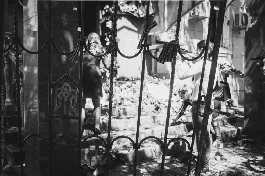 Мариупольцы принесли к сгоревшему зданию ГУВД цветы (Фотофакт), фото-1