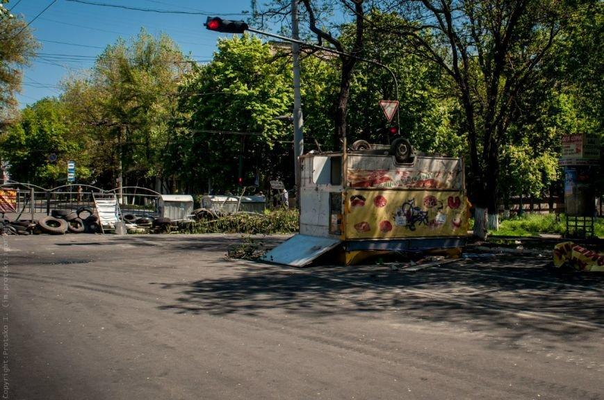 Мариупольцы принесли к сгоревшему зданию ГУВД цветы (Фотофакт), фото-5