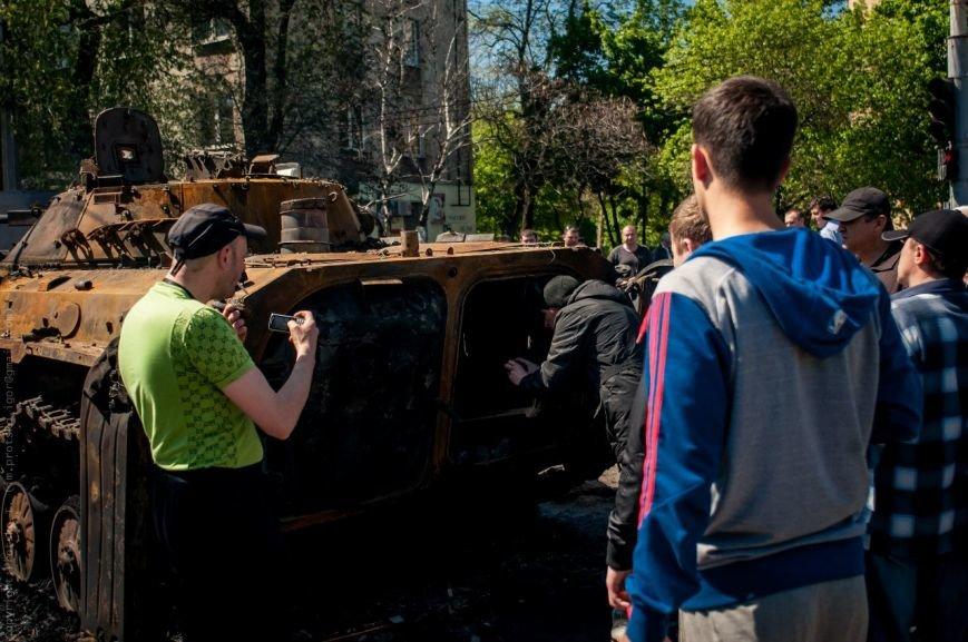 Мариупольцы принесли к сгоревшему зданию ГУВД цветы (Фотофакт), фото-9