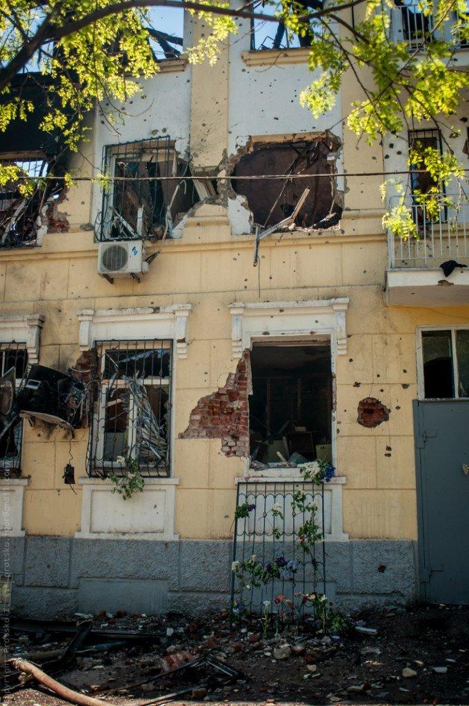 Мариупольцы принесли к сгоревшему зданию ГУВД цветы (Фотофакт), фото-3