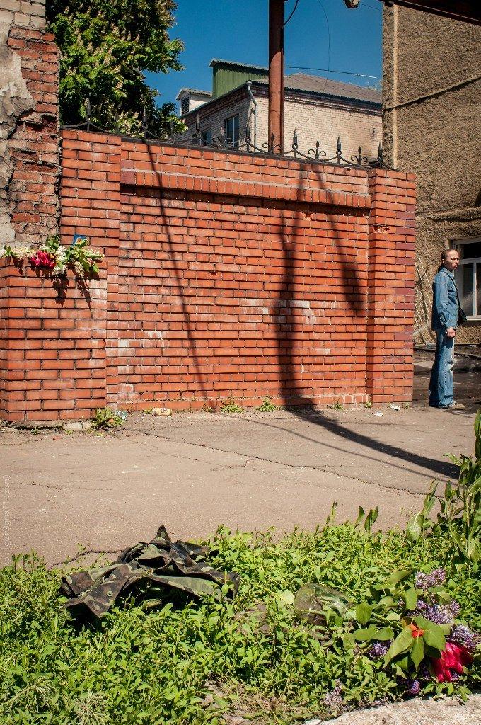 Мариупольцы принесли к сгоревшему зданию ГУВД цветы (Фотофакт), фото-2